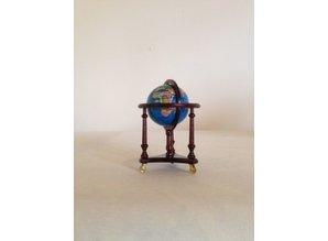 AM011 globe in standaard, mahonie Doorsnede 5 cm, hoogte 8 cm.
