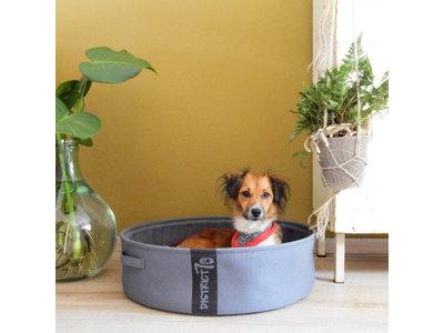 Stijlvolle en comfortabele honden- of kattenmand inclusief kussentje - District 70 in Grijs, Blauw of Naturel in Maat S/M/L