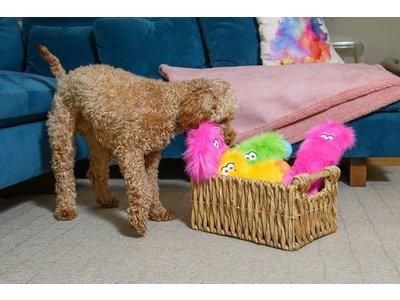 West Paw Rowdies™ Taylor -  Sterk en Duurzaam Pluche Hondenspeelgoed - Knuffel in Roze, Groen en Geel