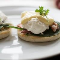 Thuiskoken: Gegratineerde gepocheerde eieren met hollandaise saus