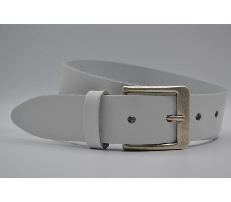 Deze witte riem is gemaakt van splitleer  en is geschikt voor zowel mannen als vrouwen. Met de oud-zilveren gesp en bijna 3mm dik leer heeft deze riem een juiste prijs kwaliteit verhouding