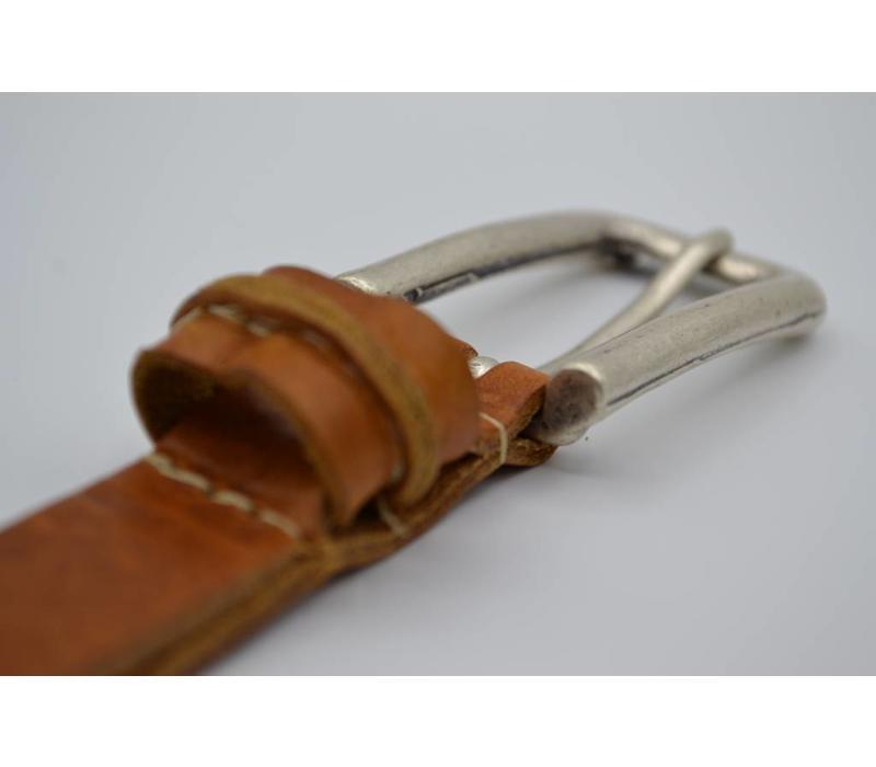 20mm italiaans volnerf lederen damesriem uitgevoerd met oud zilveren nikkelvrije gesp en speelse lus.