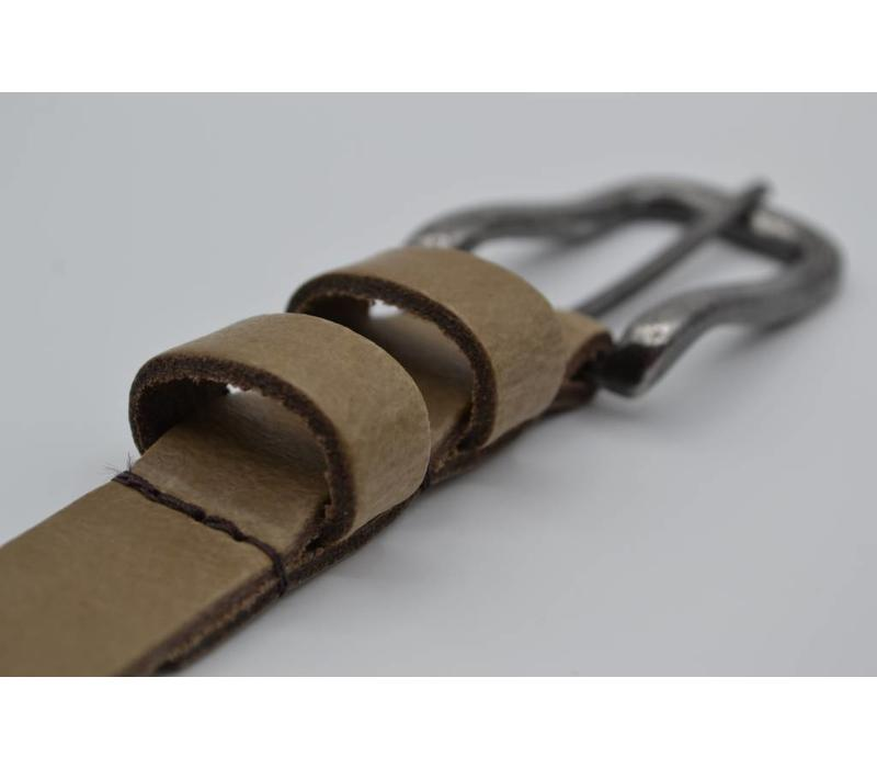 20mm Nederlands gelooide split lederen damesriem uitgevoerd met dubbele lus en donkere gunmetal gesp