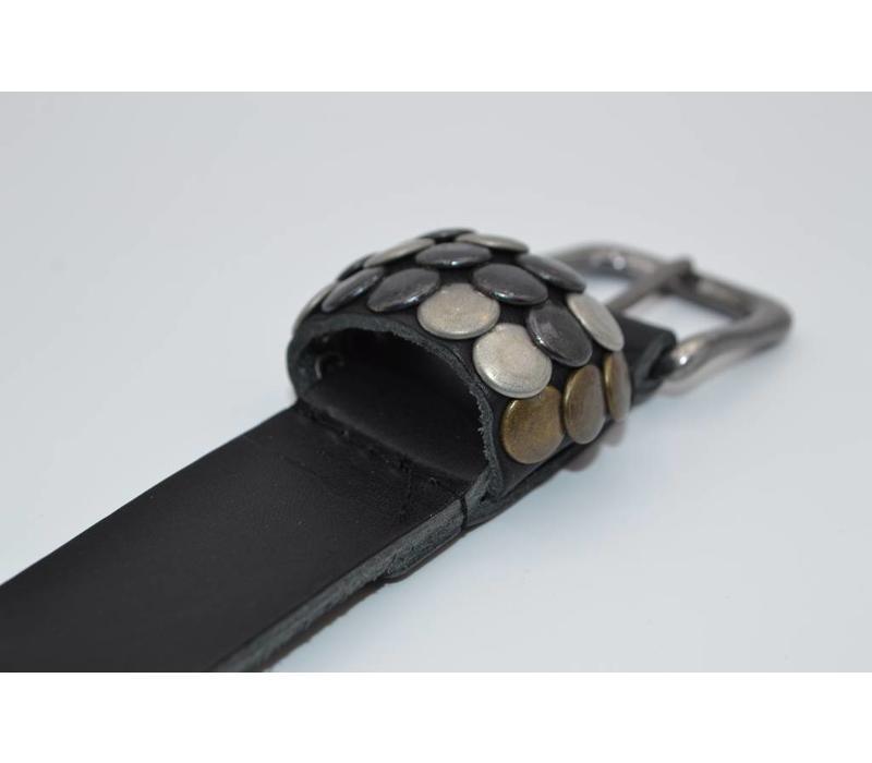 Stoere 3cm kinder riem met verschillende studs voorzien van een oud nikkele gesp