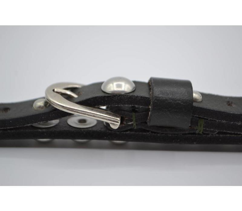Smalle studriem voor dames uitgevoerd in zwart met verschillende oud zilveren studs