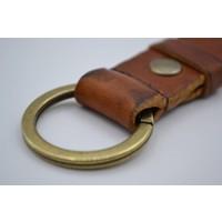 Deze cognac vintage sleutelhanger is te personaliseren met 30 karakters of een logo.