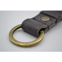Deze grijze vintage sleutelhanger is te personaliseren met 30 karakters of een logo.