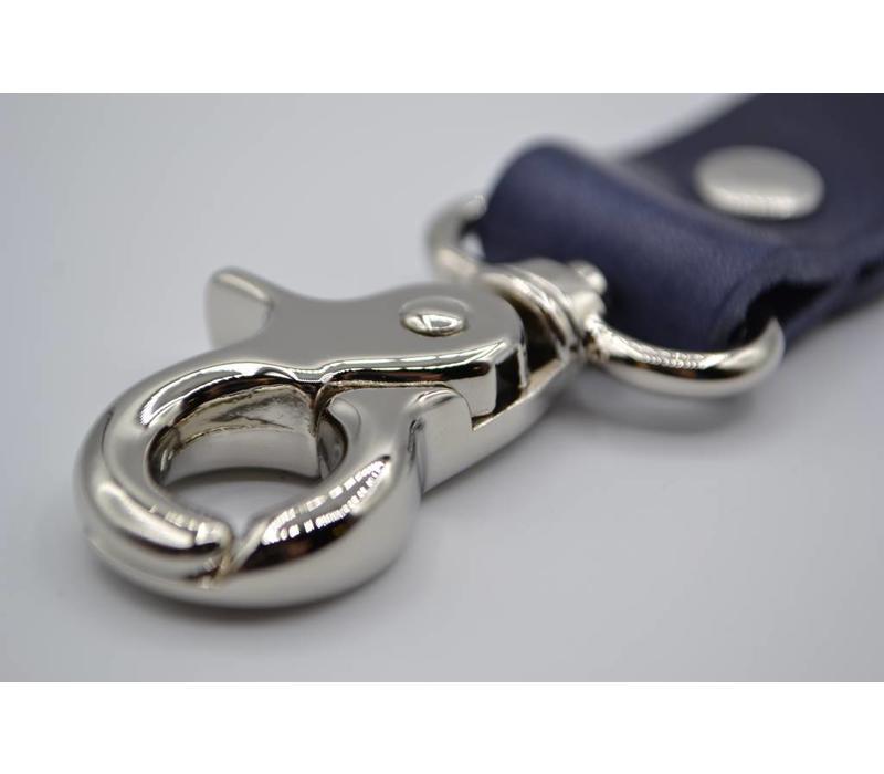 Deze blauwe moderne sleutelhanger is te personaliseren met 30 karakters of een logo.