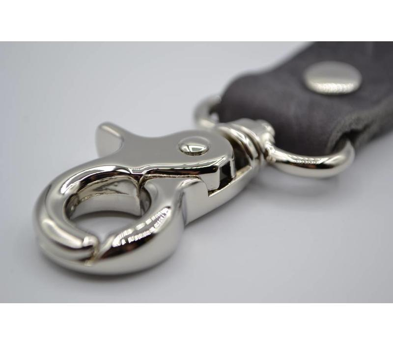 Deze grijze moderne sleutelhanger is te personaliseren met 30 karakters of een logo.