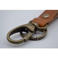 Sleutelhanger met naam gemaakt van nikkelvrije bronzen delen met Italiaans volnerf leer