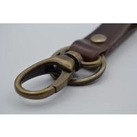 Sleutelhanger met naam gemaakt van nikkelvrije bronzen delen met bruin Italiaans volnerf leer