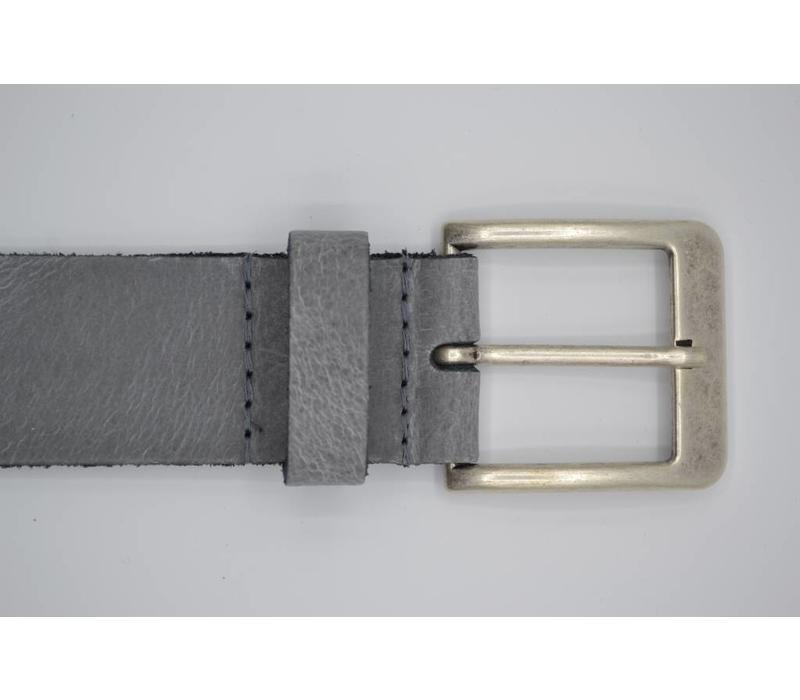 Deze 4cm brede licht grijze riem wordt speciaal voor u op maat gemaakt.