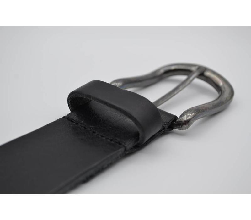 Deze 4cm brede zwarte riem van Italiaans nerf leer wordt speciaal voor u op maat gemaakt.