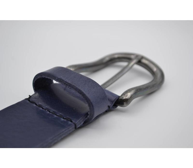 Deze 4cm brede blauwe riem van Italiaans nerf leer wordt speciaal voor u op maat gemaakt.