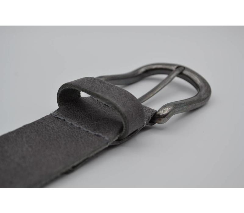 Deze 4cm brede grijze riem van Italiaans nerf leer wordt speciaal voor u op maat gemaakt.