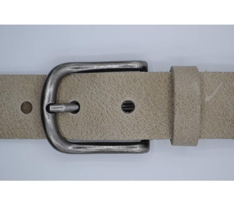Deze 4cm brede taupe riem van Italiaans nerf leer wordt speciaal voor u op maat gemaakt.
