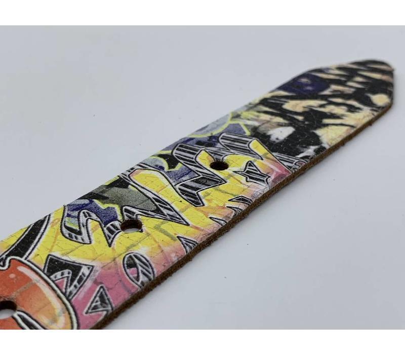 3cm brede stoere kinderriem met graffity print en zwarte nikkelvrije rolgesp