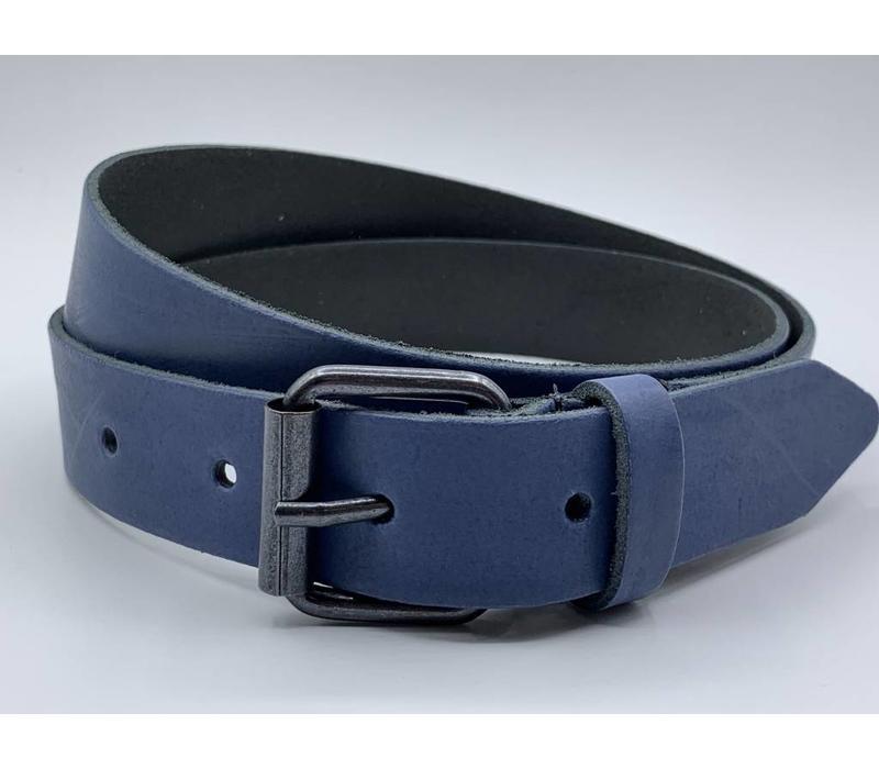 3cm brede blauwe echt lederen kinderriem. Stoere basisriem met zwarte rol gesp en natuurlijk geheel nikkelvrij.