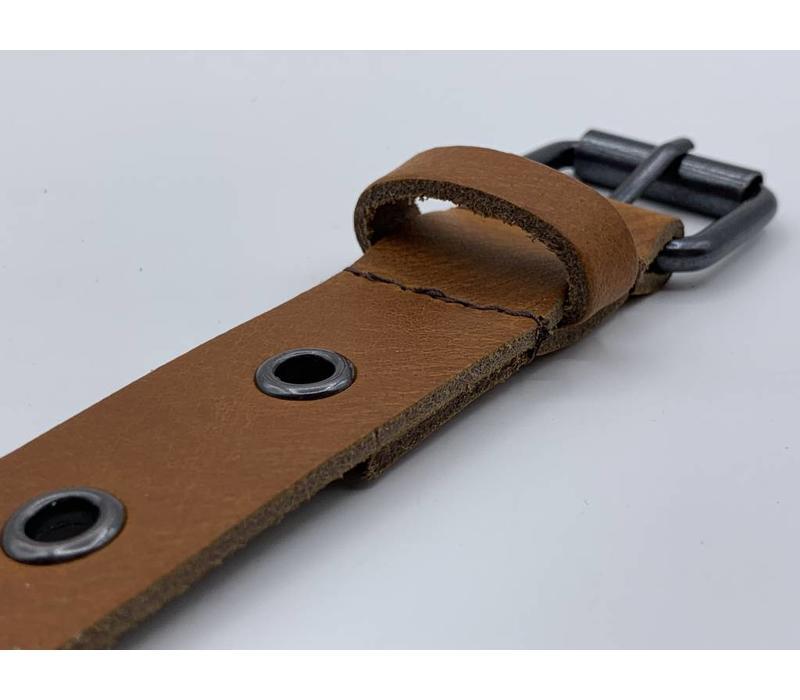 3cm brede cognac riem vol met zwarte ringen en een zwarte nikkelvrije rolgesp