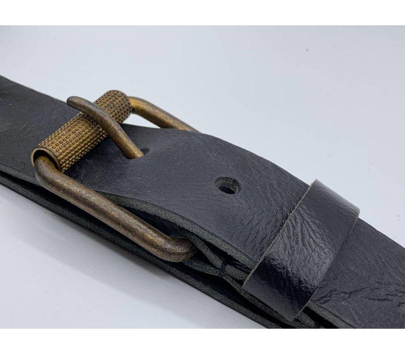 Stoere 4cm brede zwarte riem. Gekreukt leer en geroeste gesp