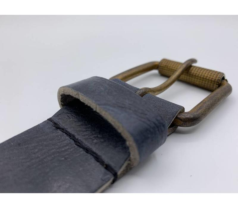 Stoere 4cm brede blauwe riem. Gekreukt leer en geroeste gesp
