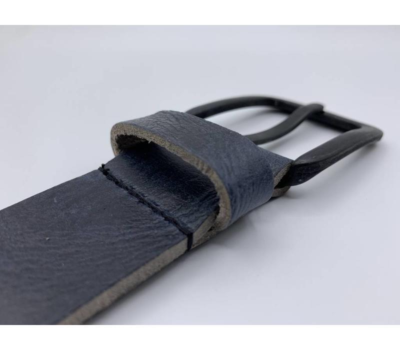 Stoere 4cm brede blauwe riem. Gekreukt leer en mat zwarte gesp.