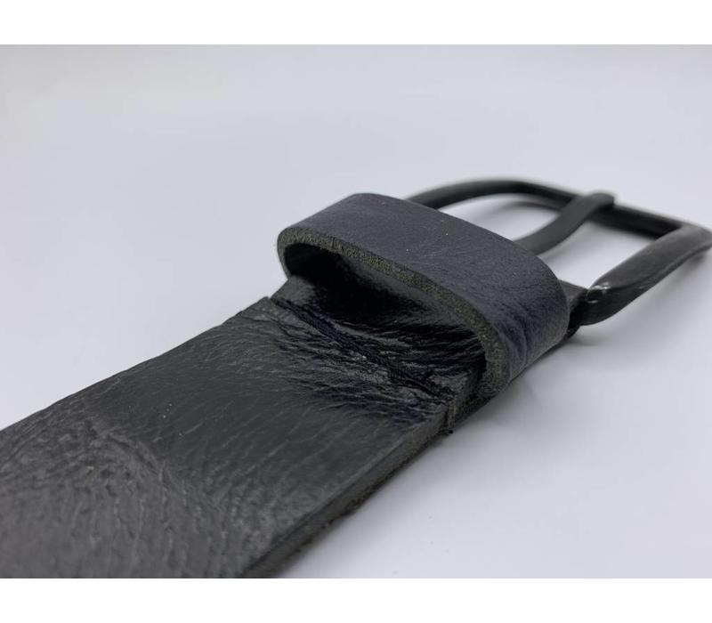 Stoere 4cm brede zwarte riem. Gekreukt leer en mat zwarte gesp.