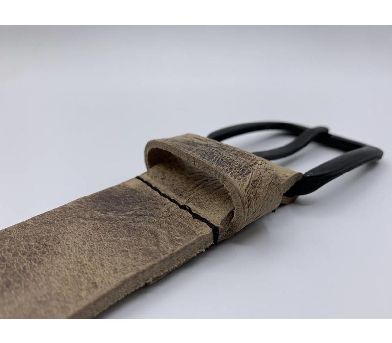 Stoere 4cm brede zand kleurige riem. Gekreukt leer en mat zwarte gesp.