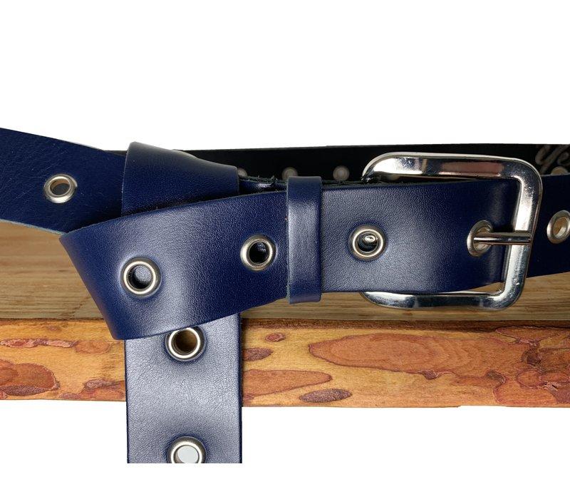 Trendy lange knoopriem. Uitgevoerd in donker blauw zeer soepel echt leer met zilveren ringen en gesp. 135cm lang