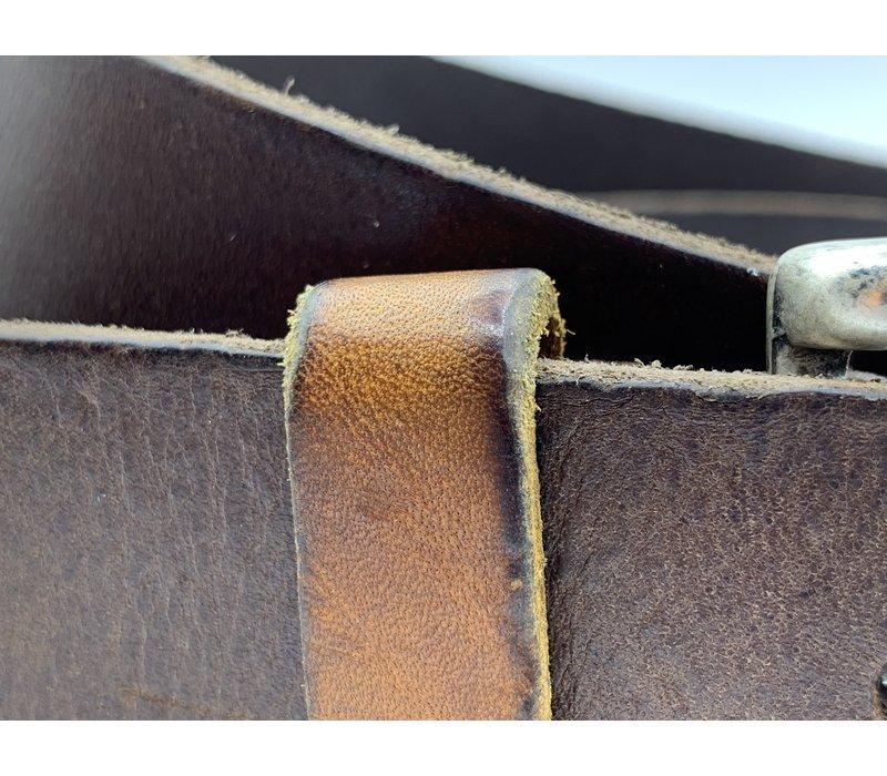 Stoere 4cm brede bruine riem. Gewassen en vintage gemaakt leer en oud zilveren gesp.
