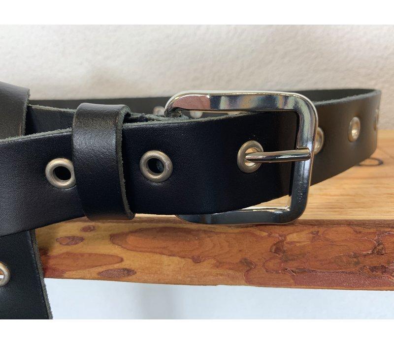 Trendy lange knoopriem. Uitgevoerd in zwart soepel echt leer met zilveren ringen en gesp. 135cm lang.