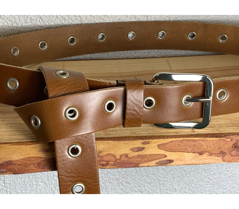 Trendy lange knoopriem. Uitgevoerd in cognac soepel echt leer met zilveren ringen en gesp. 135cm lang.