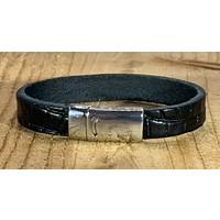 Zwarte armband met magneetsluiting en krokodillen print.
