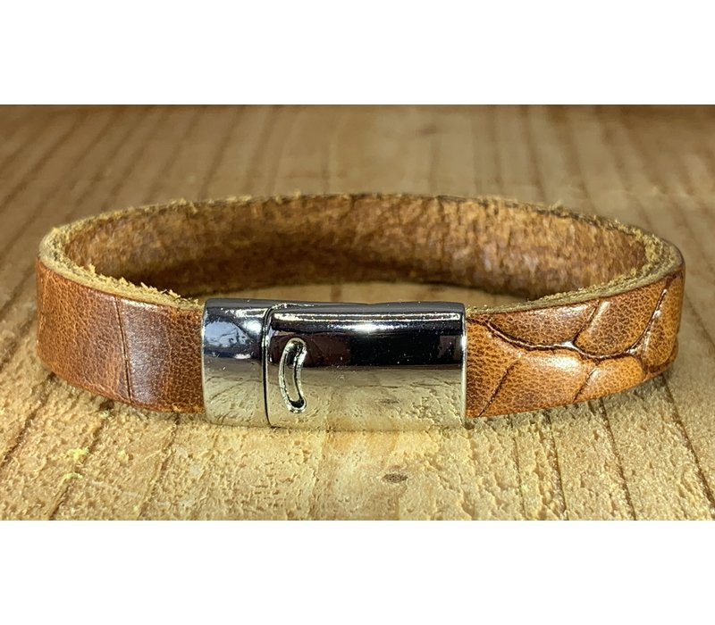 Cognac armband met magneetsluiting en krokodillen print