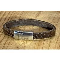 Bruine armband met magneetsluiting en krokodillen print.