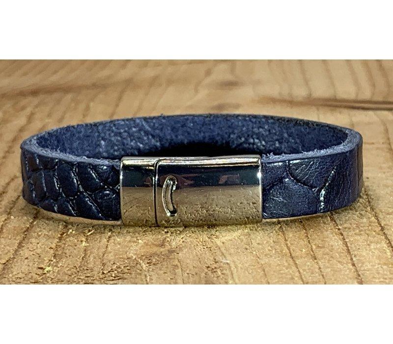 Blauwe armband met magneetsluiting en krokodillen print.