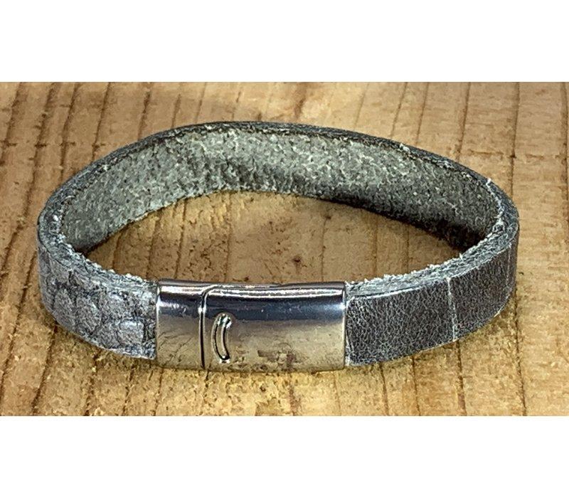 Grijze armband met magneetsluiting en krokodillen print.