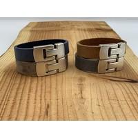 Grijze armband gemaakt van vintage grijs leer en oud zilveren magneetsluiting.