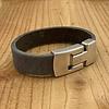 Scotts Bluf Grijze armband gemaakt van vintage grijs leer en oud zilveren magneetsluiting.