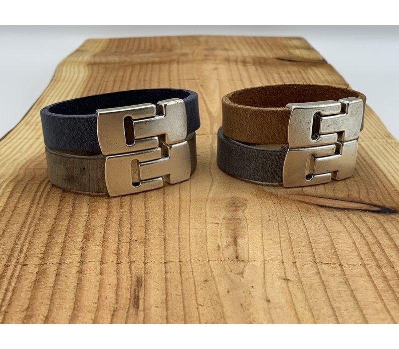 Cognac armband gemaakt van vintage grijs leer en oud zilveren magneetsluiting.