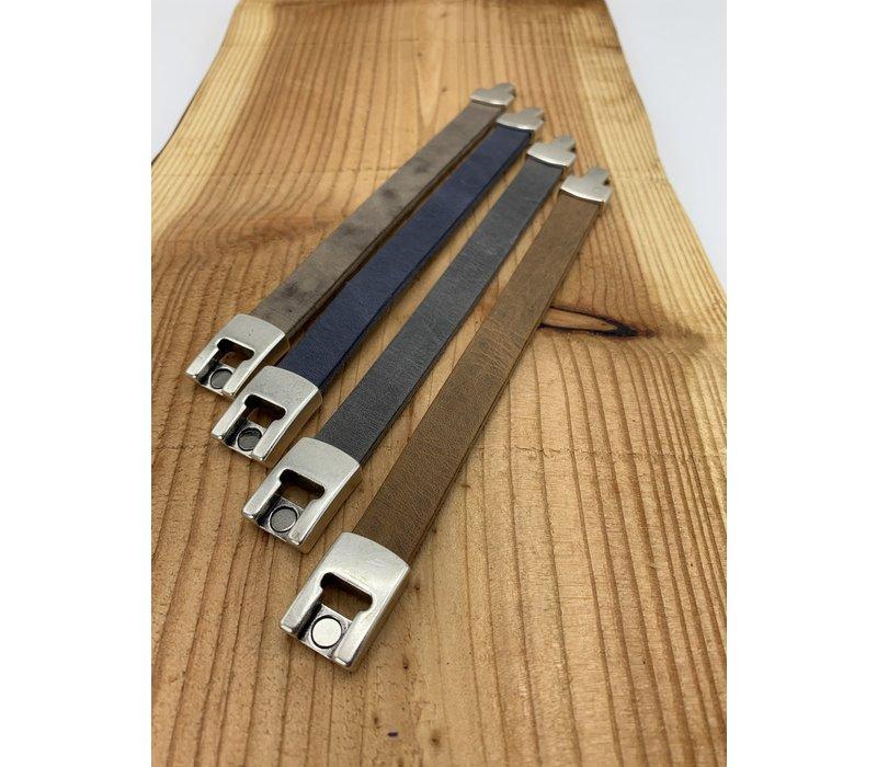 Bruine armband gemaakt van vintage bruin leer en oud zilveren magneetsluiting.