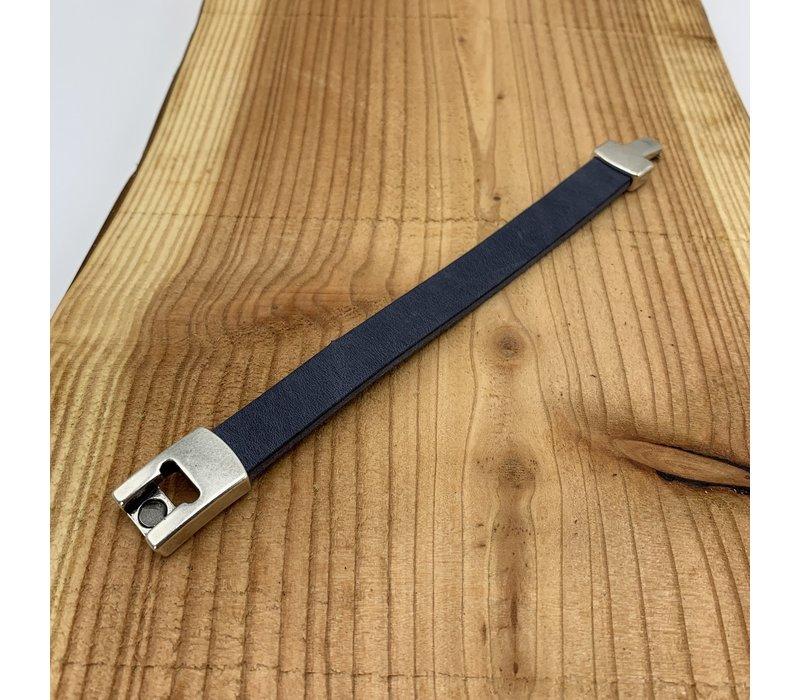 Blauwe armband gemaakt van vintage blauw leer en oud zilveren magneetsluiting.