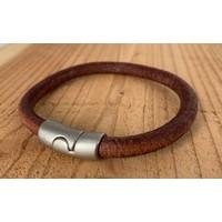 Cognac armband met oud zilveren sluiting en rond cognac leer.