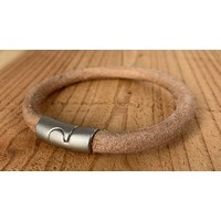 Zwarte armband met oud zilveren sluiting en rond zwart leer.