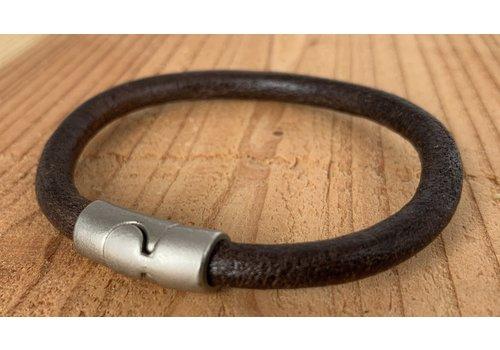 Scotts Bluf Bruine armband gemaakt van rond leer.