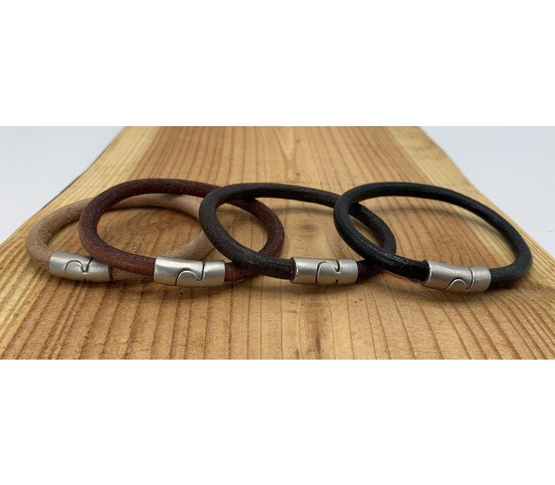 Naturel armband met oud zilveren sluiting en rond bruin leer.
