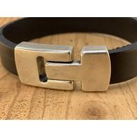 Zwarte Scotts Bluf armband waarbij bij deze armband extra veel zorg is besteed aan de afwerking. Wax randen en een hoogwaardige sluiting met magneet.