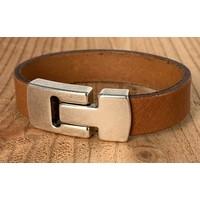 Cognac Scotts Bluf armband waarbij bij deze armband extra veel zorg is besteed aan de afwerking. Wax randen en een hoogwaardige sluiting met magneet.