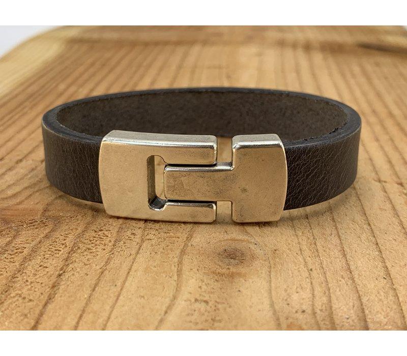 Grijze Scotts Bluf armband waarbij bij deze armband extra veel zorg is besteed aan de afwerking. Wax randen en een hoogwaardige sluiting met magneet.