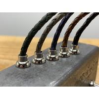 Smalle zwarte armband van fijn gevlochten leer met zilveren magneet sluiting.